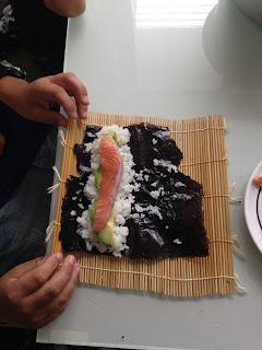 Kinder rollen Sushi selber