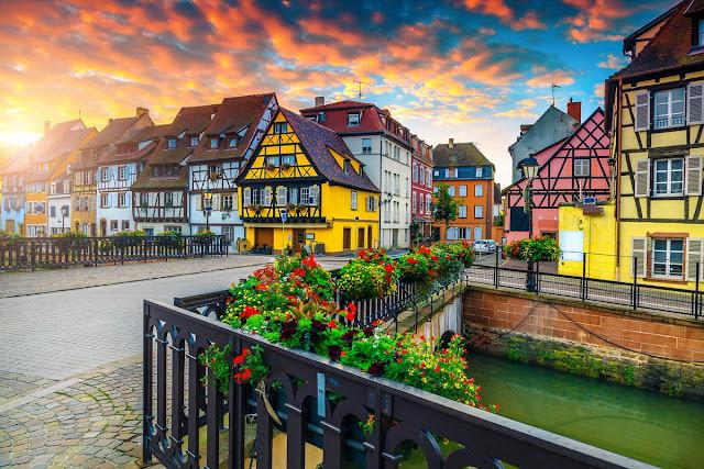 Châu Âu là một kho báu đầy màu sắc cần được khám phá. Từ những thị trấn đáng yêu, những ngôi làng hẻo lánh cho đến những tòa nhà có kiến trúc độc đáo, những con phố châu Âu chưa bao giờ khiến du khách thất vọng bởi vẻ đẹp độc đáo mà vẫn vô cùng lãng mạn.