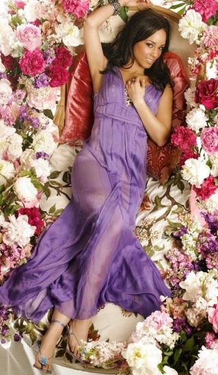 Foto de Alicia Keys posando echada