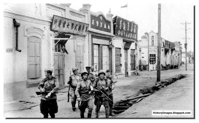 Red Army soldiers patrol a street in a Chinese town