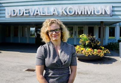 Malin Krantz framför ingången till Uddevallas kommunhus