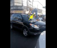 Viral   Mujer furiosa brinca sobre carro de pareja infiel