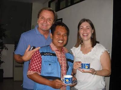 FOTO BERSAMA : Saya bersama Kevin Dalton (kiri) dan Hazel (Kanan) Dari KangGuru Australia foto bersama di Kantor IALF Denpasar Bali 2012 yang lalu.  Dokumen pribadi