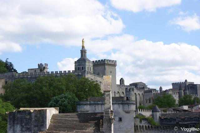 Scorcio della città di Avignone: Mura, palazzi e merli