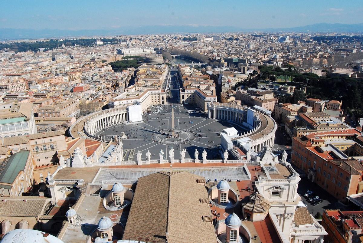 vue de la place depuis le haut de la Basilique, avec la vue qui s'étend jusqu'au château Saint-Ange et tout Rome.
