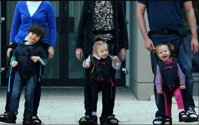 تعليم الطفل على المشي.
