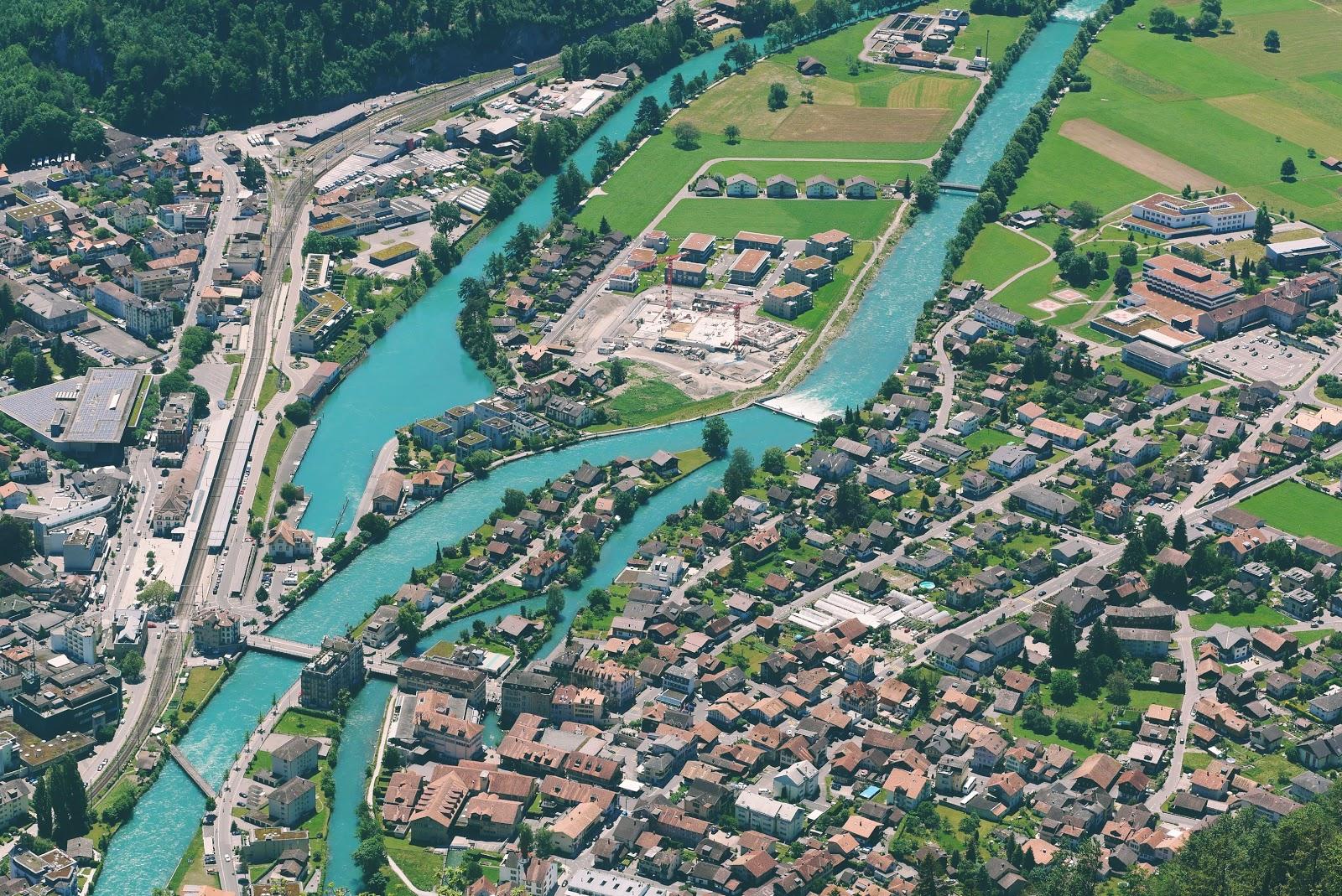 Kota Interlaken dan Sungai Aare yang rapih seperti wafer.