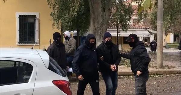 Στην Ευελπίδων με χειροπέδες ο Δημήτρης Λιγνάδης - Στην ανακρίτρια κατηγορούμενος για βιασμό κατά συρροή (βίντεο)