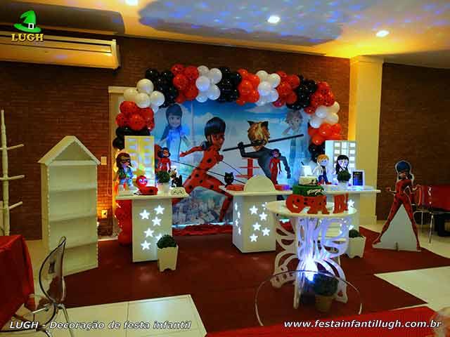 Mesa decorada tema Miraculous - Ladybug - Cat Noir para festa infantil