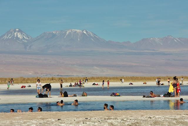 Flutuando na Laguna Céjar, no Deserto do Atacama, onde ninguém afunda.
