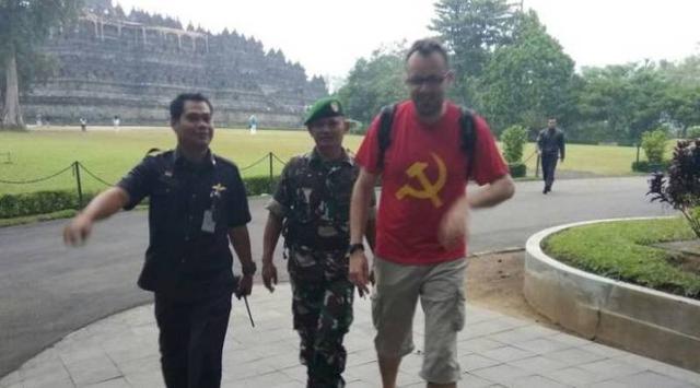 Bule Ditangkap Karena Pakai Baju Dengan Logo Palu Arit Ke Borobudur