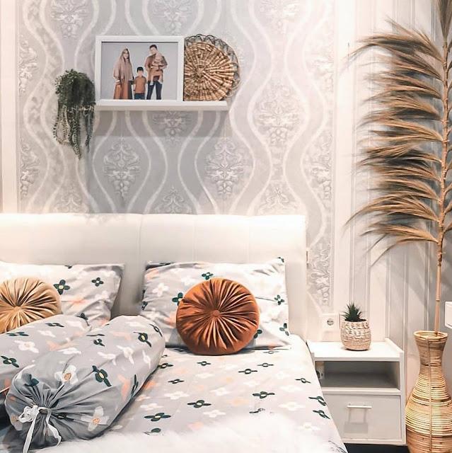 Desain Kamar Tidur Remaja Perempuan dengan Wallpaper Dinding