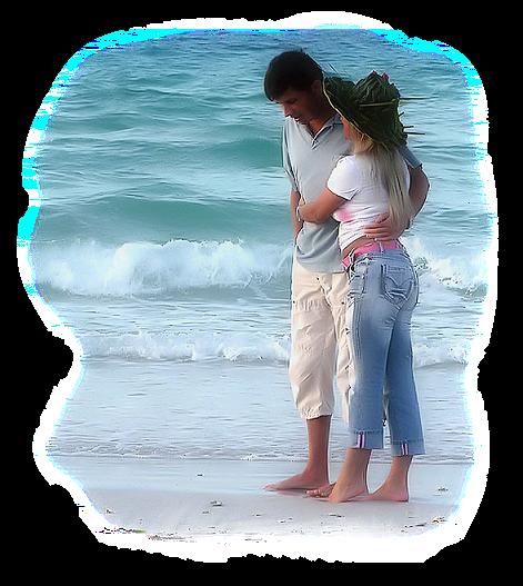 #PraCegoVer: Casal caminha na areia da praia abraçado.