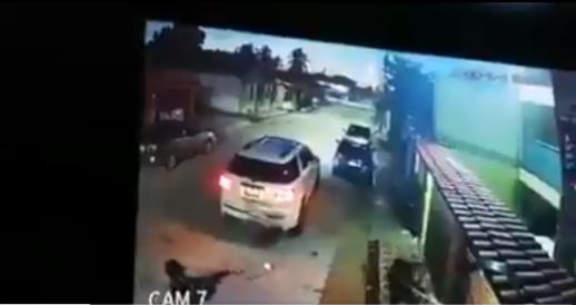 VIDEO.-  Grupo Armado intenta allanar una casa pero no pudieron abrirla y fueron recibidos a balazos
