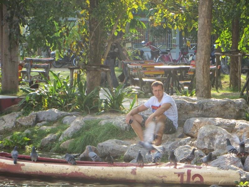 Парень у озера в Таиланде