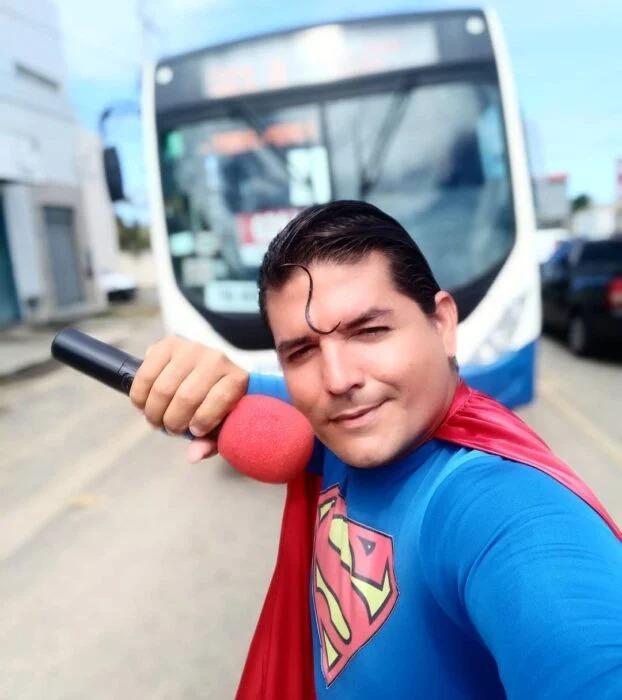 Se Disfrazo de Superman e Intento Detener un Autobús