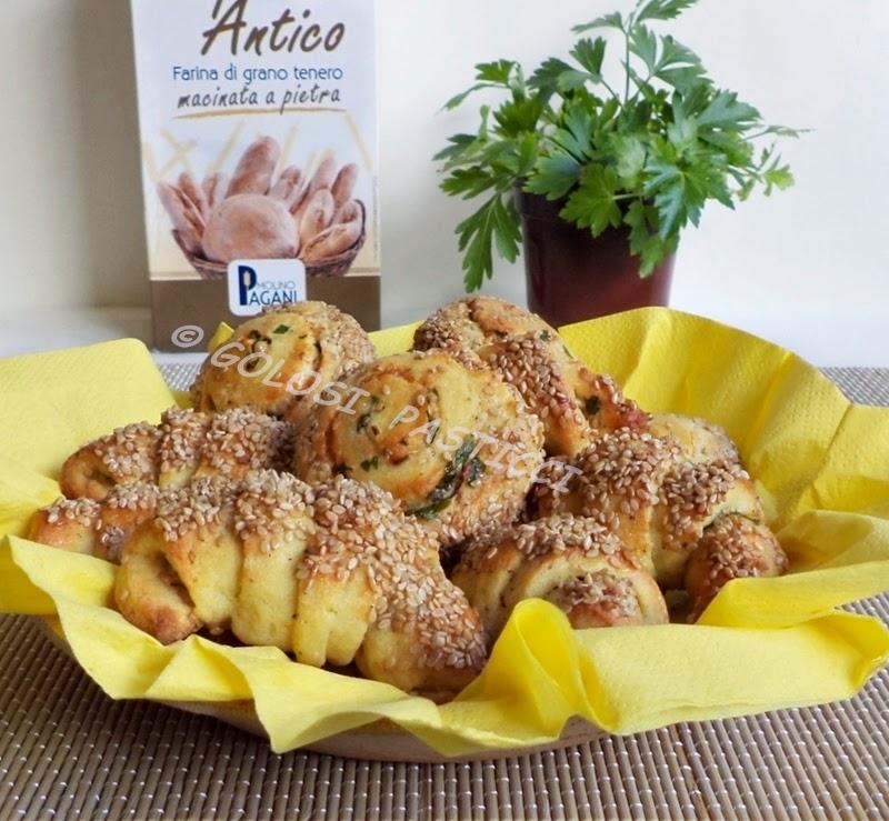 cornetti o croissant al sesamo, girelle di patate al sesamo, ricetta veloce