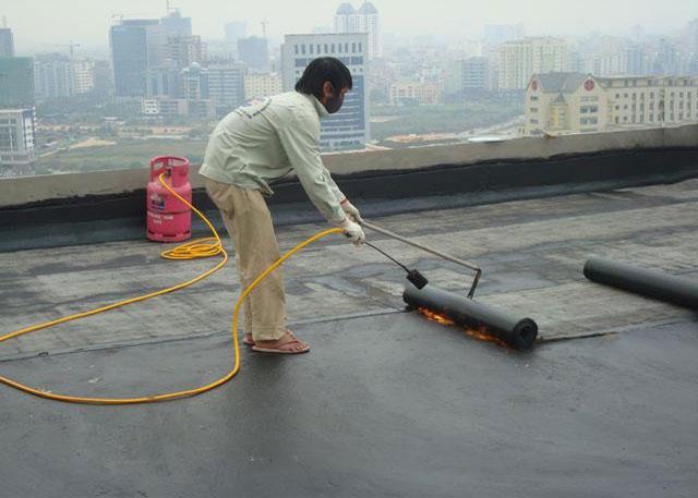 Thợ đang thi công chống thấm sân thượng, sàn mái. Với mục tiêu bảo vệ các công trình của bạn luôn bền, đẹp