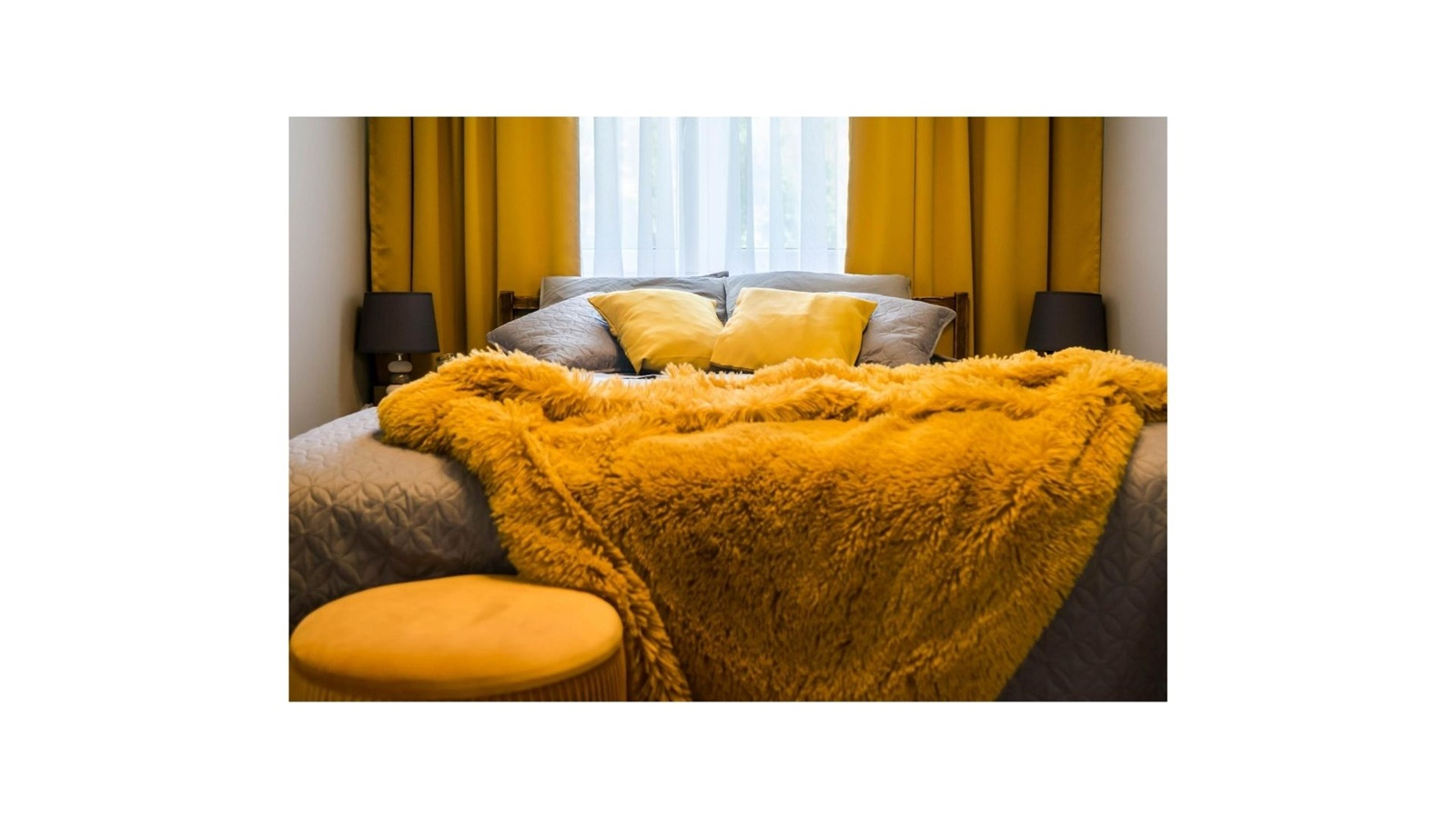 inspiracje pomysły jak urządzić sypialnię żółte zaciemniające grube zasłony żółte dodatki w mieszkaniu szara narzuta pościel na łóżko tanie szafki nocne pufa do sypialni tiulowe zasłony ikea boprix cena
