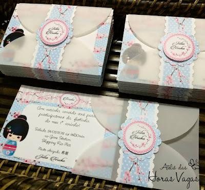 convite de aniversário infantil personalizado artesanal 1 ano aninho boneca japonesa kokeshi estampa floral flor de cerejeira azul e rosa menina