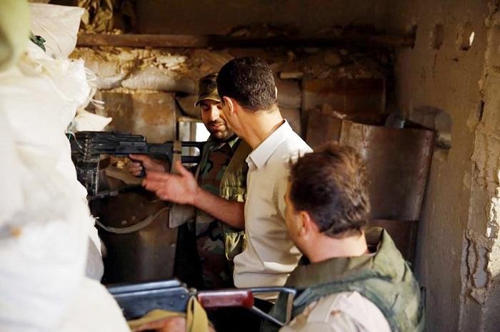 الاسد يتناول الافطار بين جنوده : أطيب لقمة في حياتي