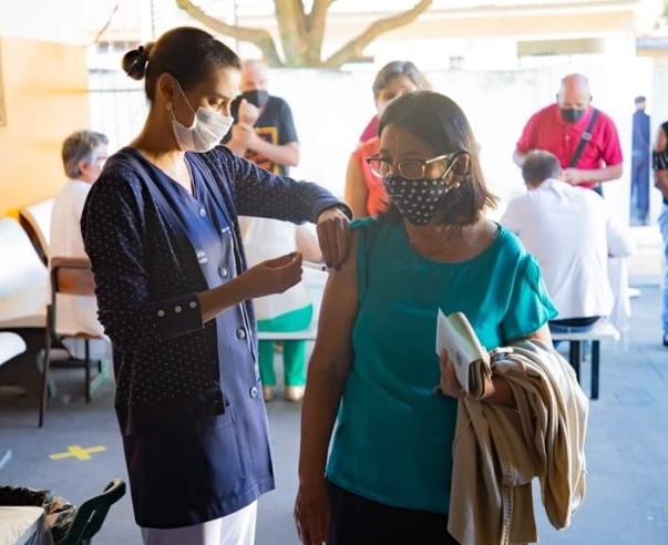 Cajobi vacina hoje pessoas de 48 anos contra covid; Veja datas