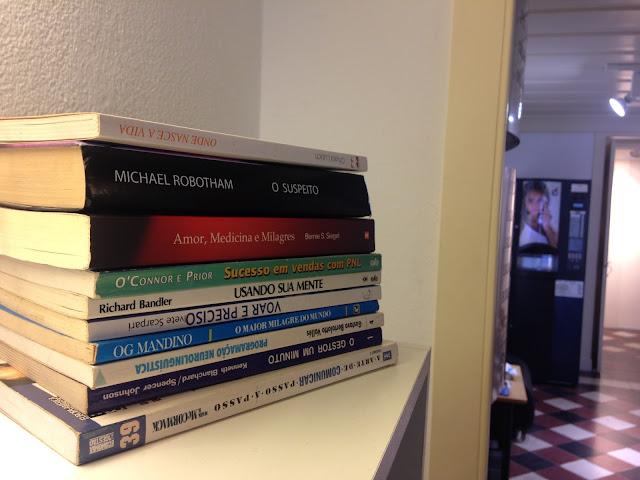 Livros em cima da estante
