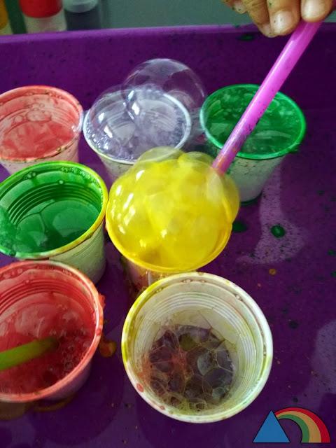 Haciendo espuma con pintura, lavavajillas y agua