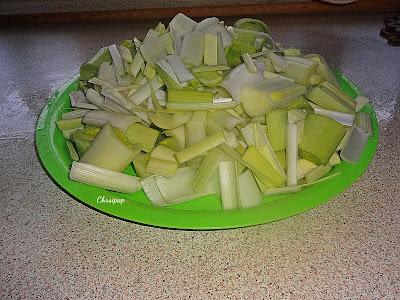 Δίσκος πρασινος με κομενα πράσα σε κομμάτια που θα μαγειρευτουν με σουπιες