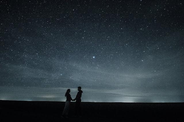 https://pixabay.com/pt/photos/casal-amor-estrelas-abra%C3%A7o-par-1375125/