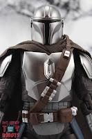 S.H. Figuarts The Mandalorian (Beskar Armor) 04