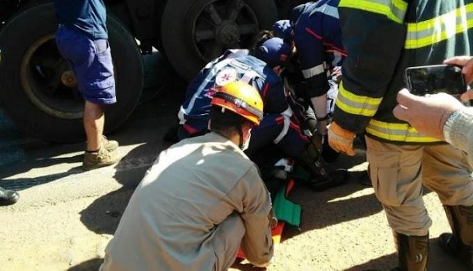 Acidente entre carreta e micro-ônibus deixa funcionários de empresa feridos em rodovia