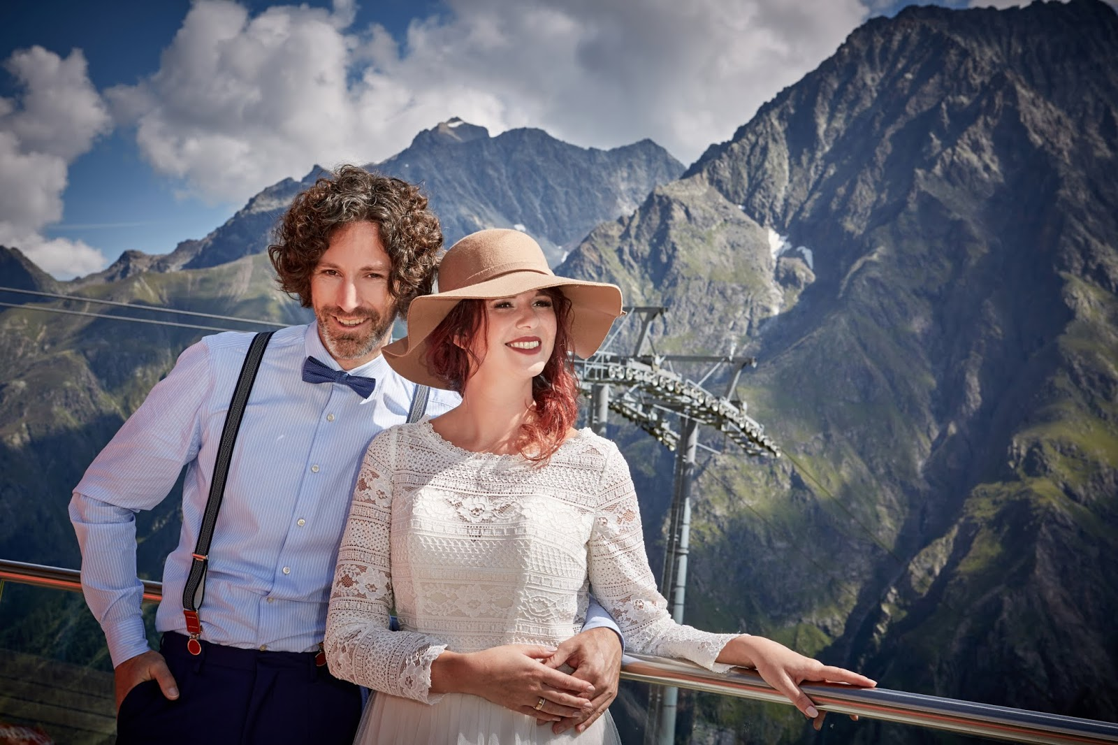 An der Bergbahn, just married, Hochzeitsringe, Pitztal, Bergromantik, romantische Berghochzeit, Boho Mountain Wedding, Hochzeitscocktail, Berghochzeit in Tirol, Mountain wedding, Pure Resort Pitztal, Fotograf Marc Gilsdorf Alpenwedding, Hochzeitsplaneragentur 4 weddings & events, Uschi Glas, Styled Shooting, Destination Wedding Austria, Braut und Bräutigam Shooting, heiraten in den Bergen