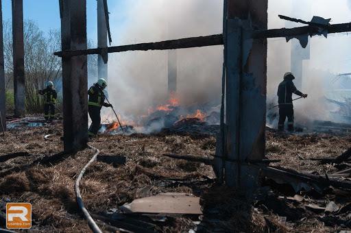 Ugunsdzēsēji groza siena, lai likvidētu liesmas