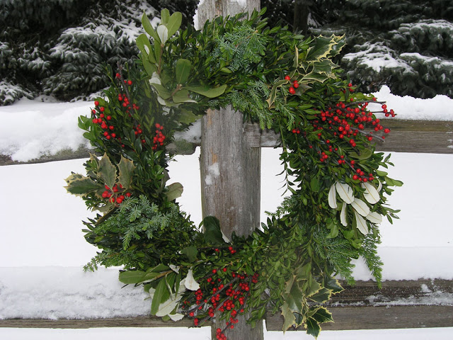 Decorated mantel hello december christmas decor tips and more - Admirable christmas wreath decorating ideas to welcome the december ...