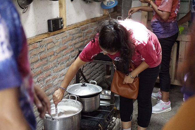 Membuat kue tradisional di rumah warga