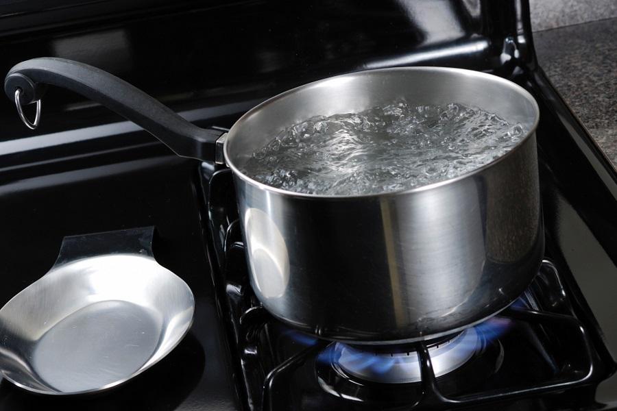 Panela-com-agua-fervendo-Foto-Stockvault-900x600
