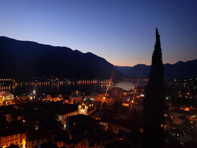 Panorama na oświetlony Kotor i Bokę Kotorską