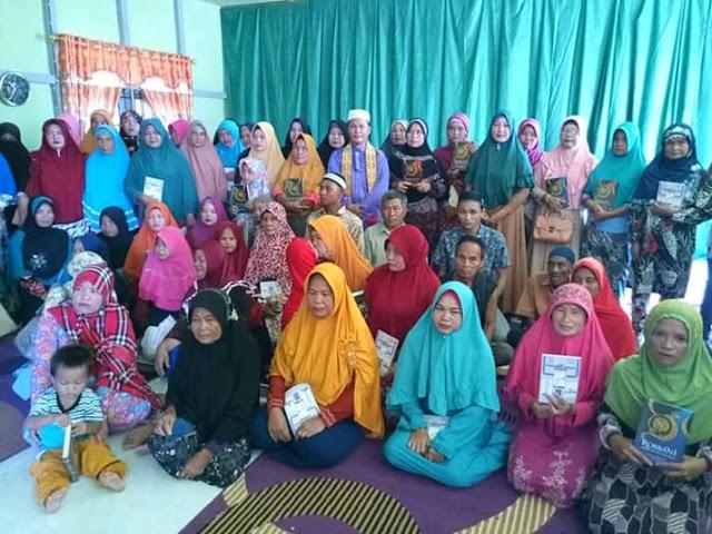 Mu'allaf Bunut Hulu Dapat Bantuan Al-Qur'an dan Buku Tuntunan Shalat