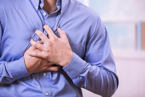 Đánh trống ngực cũng là một tong những biểu hiện của bệnh đột quỵ