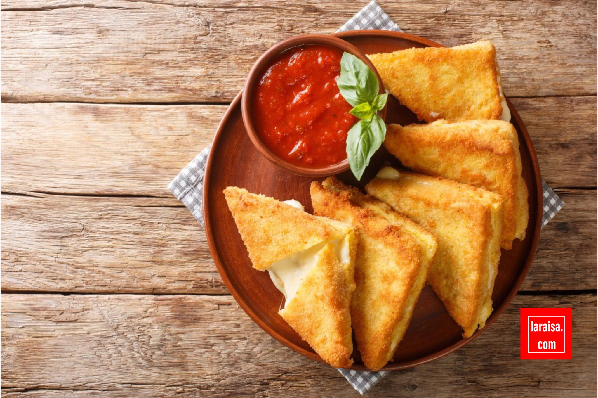 كهذا تبدو السعادة: ساندويتش جبنة إيطالية مشوية يسمى موزاريلا في كاروزا.