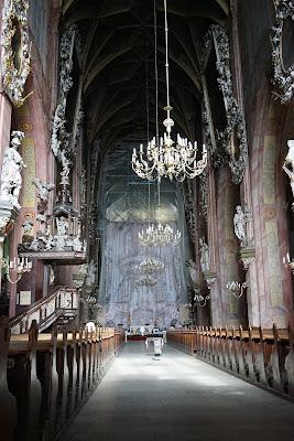 Wnętrze katedry, ołtarz główny w remoncie
