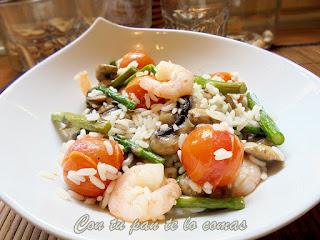 Salteado de arroz con langostinos, espárragos, champiñones y tomatitos