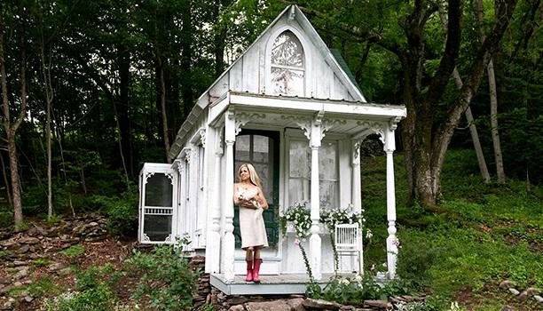 Маленький садовый домик на склоне
