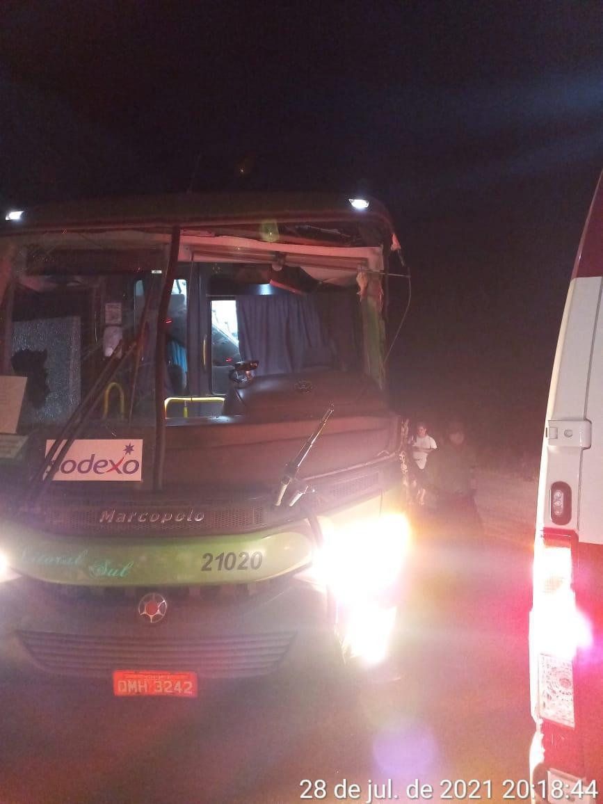 Por volta das 19h, desta quarta-feira (28), ocorreu um acidente na estrada de acesso ao Projeto Salobo, envolvendo um ônibus e uma carreta transportando um trator.