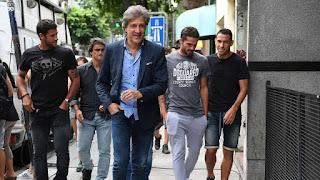 Sonrisas. Marchi (adelante) junto a Sebastián Domínguez (Newell's), Gago (Boca) y Maxi Rodríguez (Newell's). Rostros que anticipan la vuelta del fútbol. (Télam)