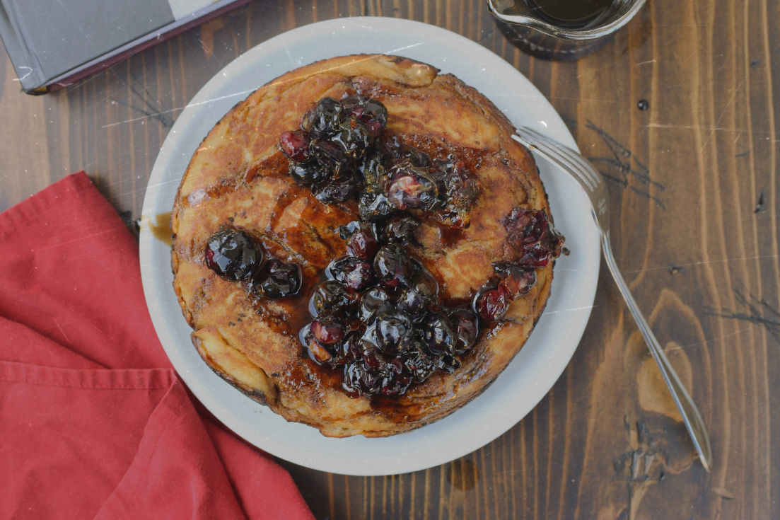 Crackling Pancake with Caramel-Clustered Blueberries