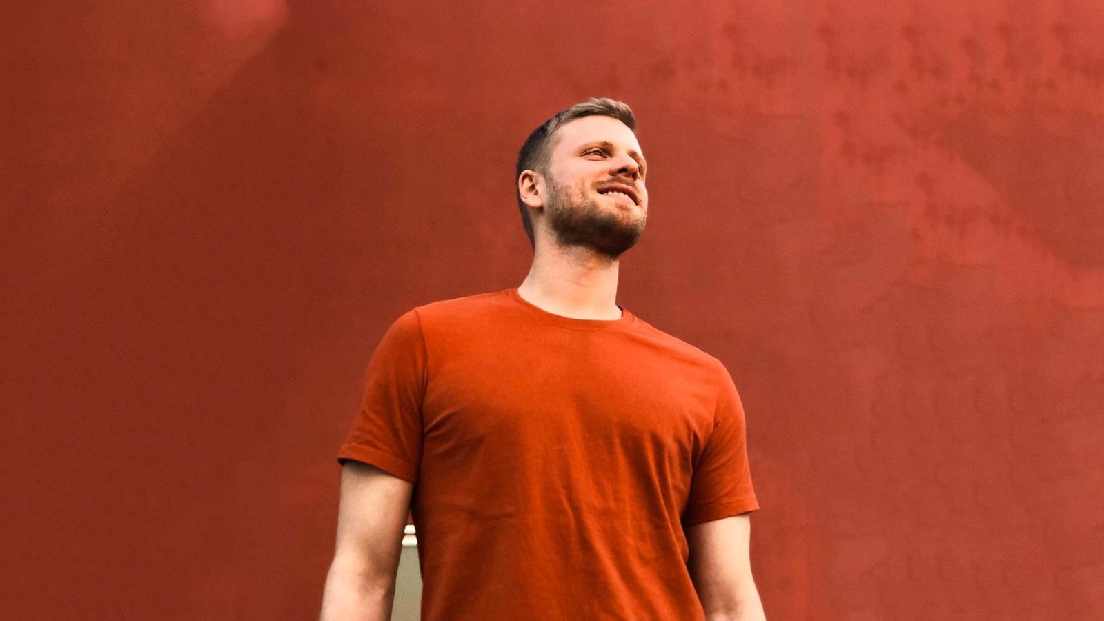 """""""Tenho Você"""" será a estreia solo do cantor, compositor e produtor brasileiro."""