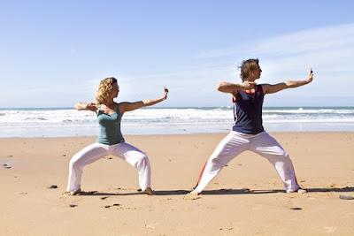 El tai chi es una medtacion en movimiento, por medio de la respiracion  controlada a voluntad y los movimientos suaves y acompasados se va logrando un equilibrio psico corporal
