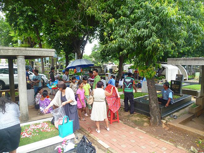 Niños pidiendo en el cementerio de Yakarta